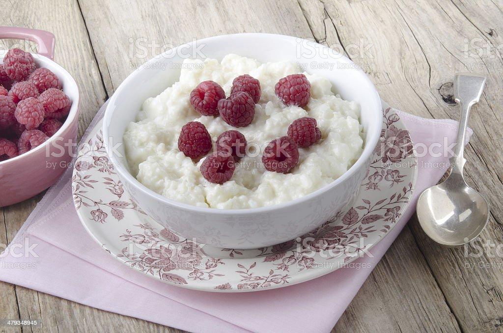 Pudim quente de arroz com framboesa - foto de acervo