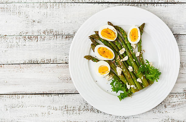 Warm salad of roasted asparagus, feta cheese and eggs. – Foto