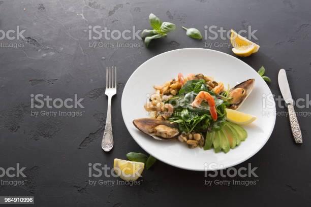 溫暖的沙拉配烤海鮮平躺 照片檔及更多 俯拍 照片