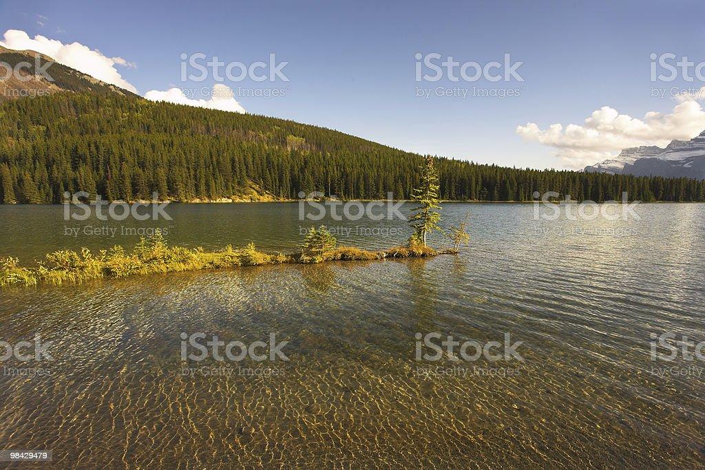 Caldo tramonto sul lago foto stock royalty-free
