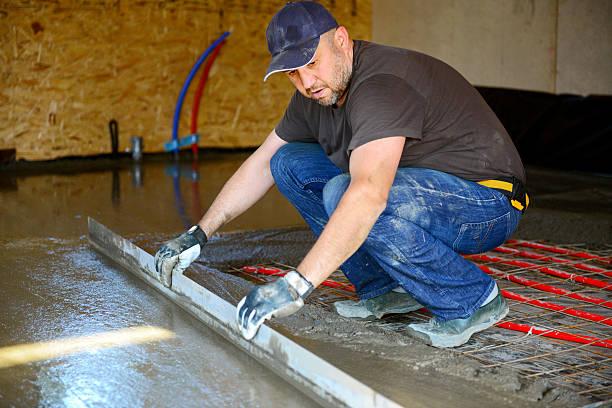 warme wasser etage, rühren konkrete etage - diy beton stock-fotos und bilder