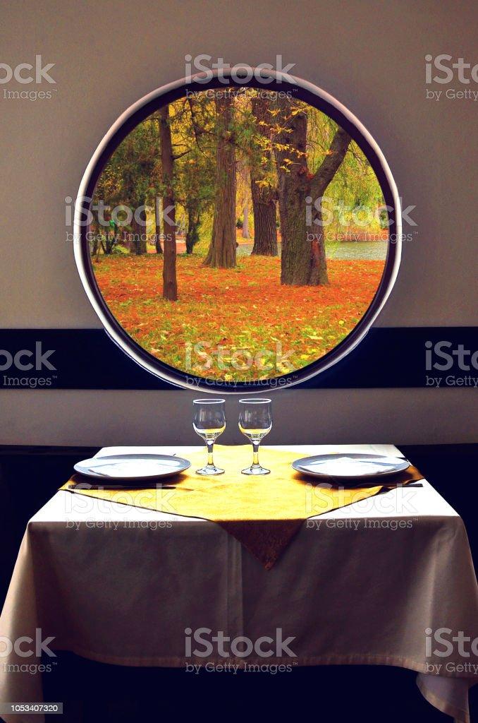 Herbstliche Atmosphäre erwärmt. Tabelle ist eingestellt und warten für ein Essen im Herbst – Foto