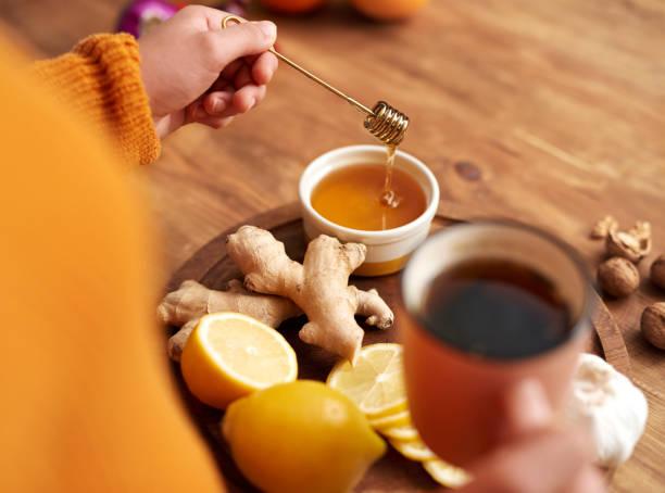 chá de aquecimento com mel, limão e gengibre - chá bebida quente - fotografias e filmes do acervo