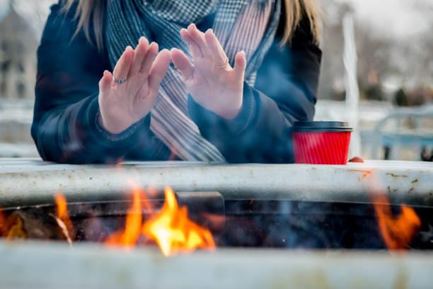 aan het warmrijden in montreal kerstmarkt - foto's van hands stockfoto's en -beelden