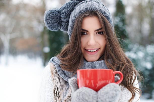 aufwärmen von wunderschöne junge frau im winter - mützenschal stock-fotos und bilder
