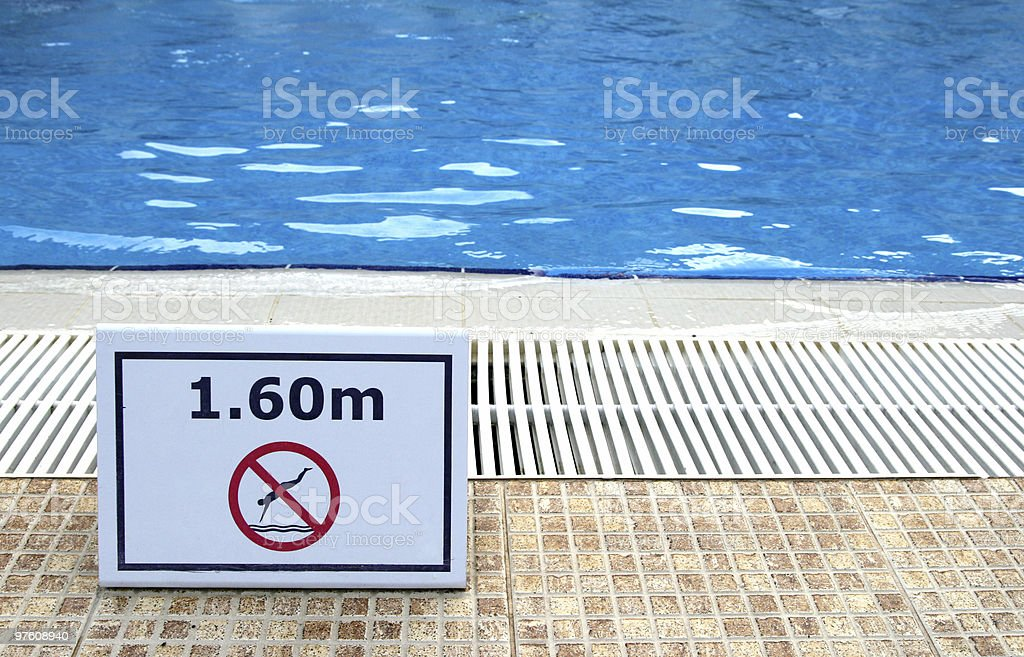 Message d'avertissement près de la piscine photo libre de droits