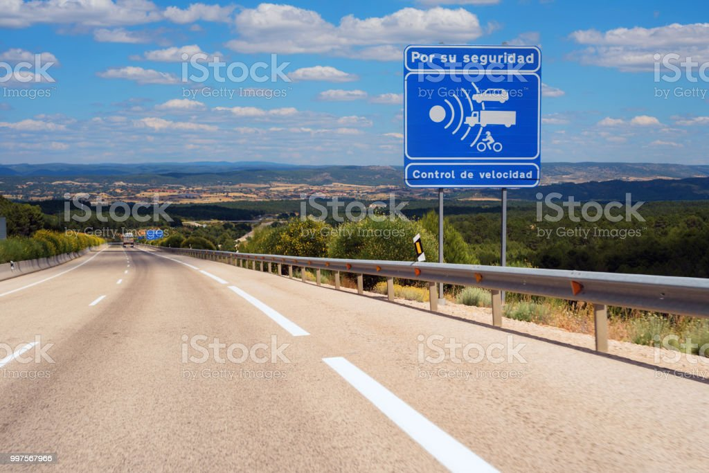 Aviso de radar en autopista española. foto de stock libre de derechos