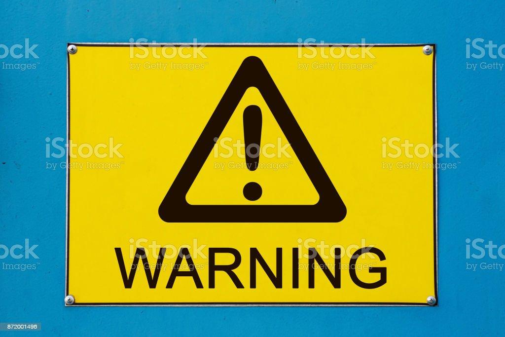 Panneau d'avertissement sur le panneau métallique jaune photo libre de droits