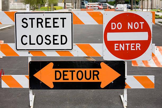 señales de advertencia street cerrado desvío no entrar - señalización vial fotografías e imágenes de stock