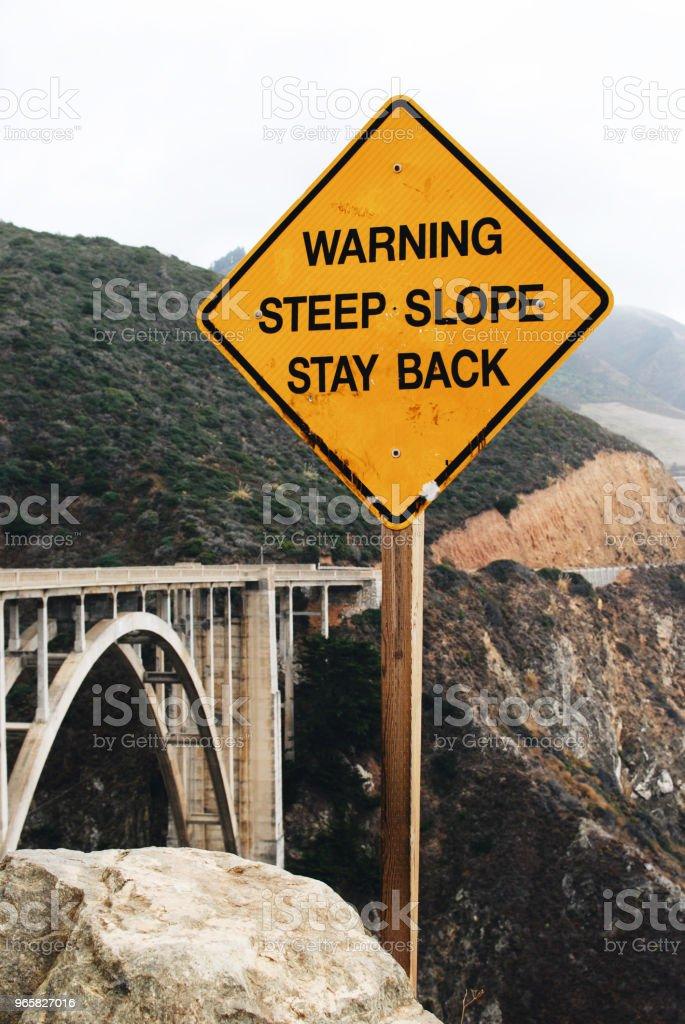 """Verkeersbord """"Warning steile helling verblijf terug"""" - Royalty-free Begrippen Stockfoto"""