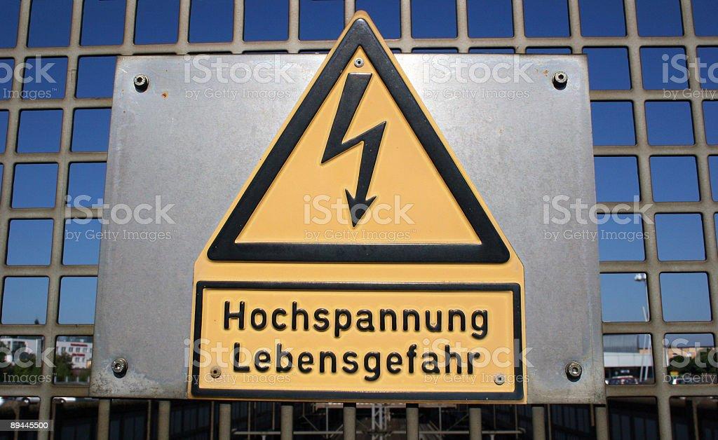 Warnschild Hochspannung Lebensgefahr und Elektriizitäts-Symbol 免版稅 stock photo