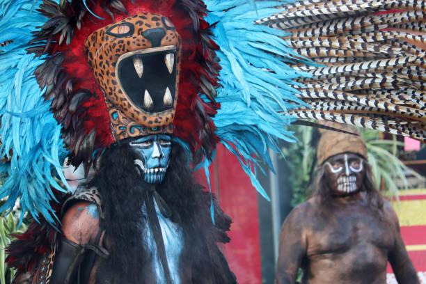 krieger und schamane maya im jaguar kostüm mit federn - indianer kostüm herren stock-fotos und bilder