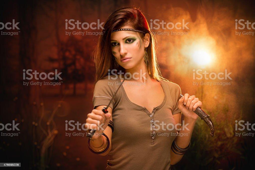 Guerreiro mulher com faca de combate - foto de acervo