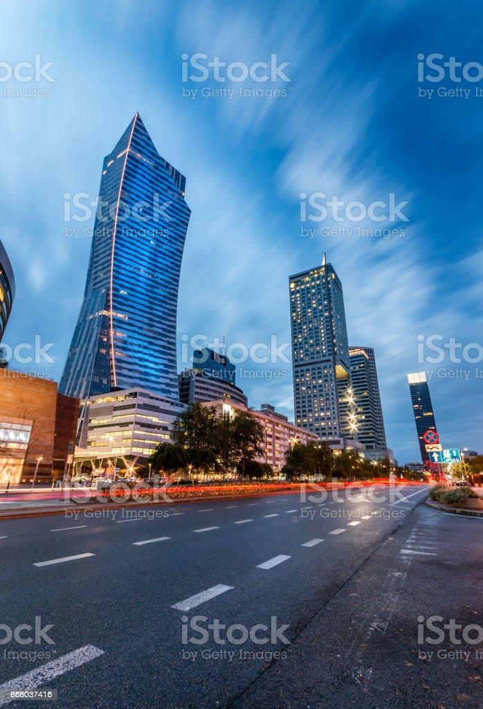 Warschau, die Hauptstadt von Polen, moderne Wolkenkratzer auf Emilii Plater Straße am Abend – Foto