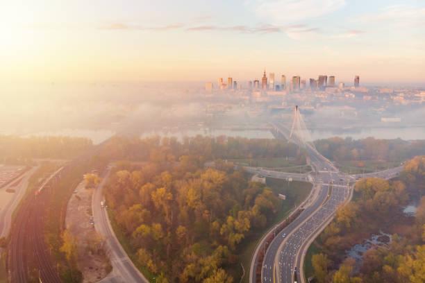centro de cidade de varsóvia na vista aérea do alvorecer - sol nascente horizonte drone cidade - fotografias e filmes do acervo
