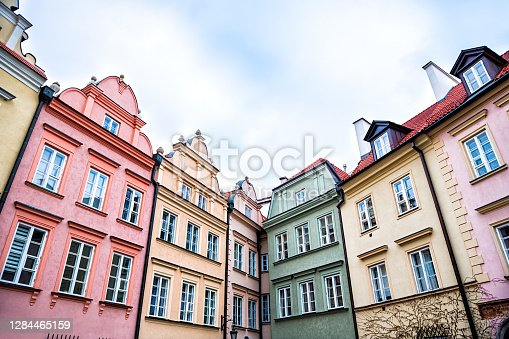 istock Warsaw, Poland Old town square with historic street town architecture windows multicolored pattern of pink, yellow vintage color colorful apartment buildings 1284465159