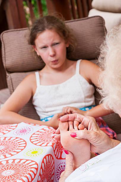 verruqueux sur la base d'une petite fille s foot - verrue pied photos et images de collection