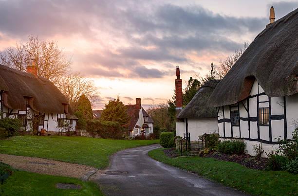 warwickshire village - strohdach stock-fotos und bilder
