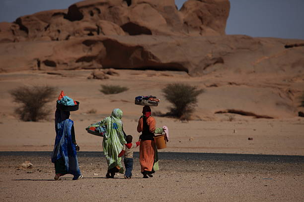 waschfrauen in afrika - algeria stock photos and pictures
