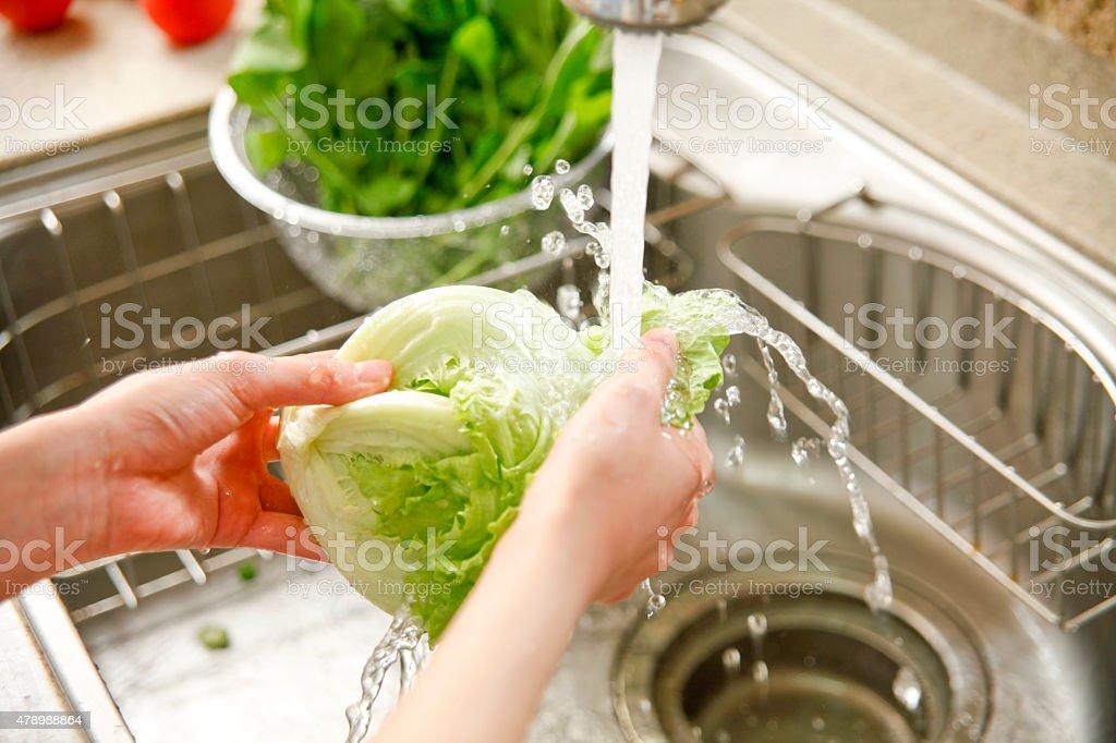 Eu lavar legumes - foto de acervo