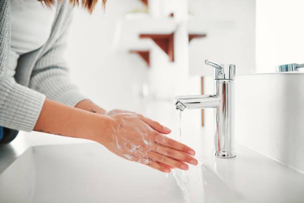 waschen sie ihre hände regelmäßig, um die keime entfernt zu halten - wasch oder spülbecken stock-fotos und bilder