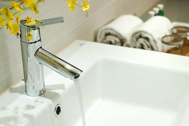 Lavabos y grifo en el baño - foto de stock