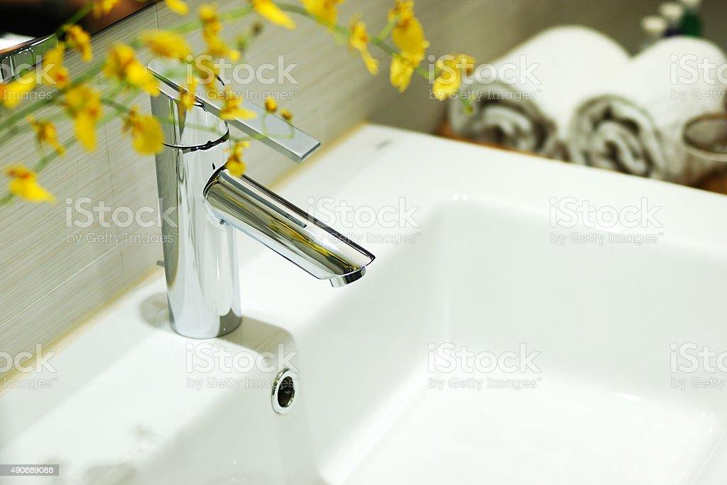 Lavabos y grifo en el baño. - foto de stock