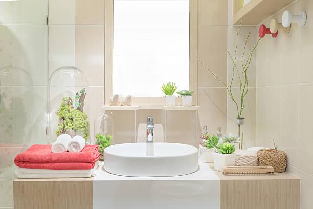 Lavabo con asciugamano e decorazioni in bagno - foto stock