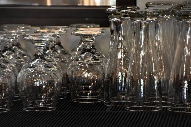 Gewassen bierglazen foto