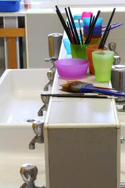 gewaschene pinsel in der schule nach malerei lektion - kindergarten handwerk stock-fotos und bilder