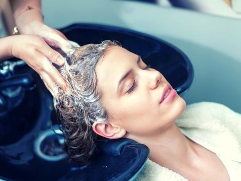 Washing Hair In Hair Salon - Fotografie stock e altre immagini di Acqua