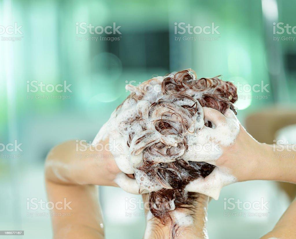 Lavarsi i capelli - Foto stock royalty-free di 25-29 anni