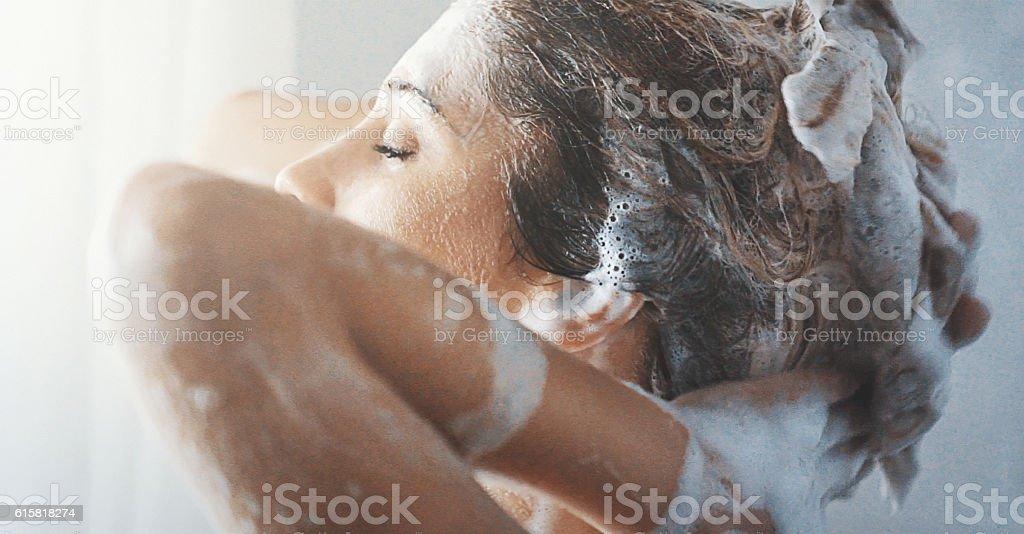Lavarsi i capelli. - Foto stock royalty-free di Adulto