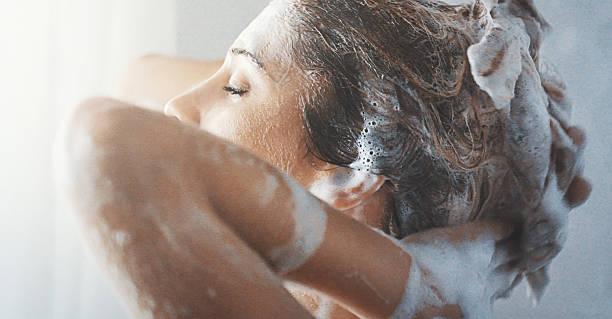 lavarsi i capelli. - lavarsi i capelli foto e immagini stock