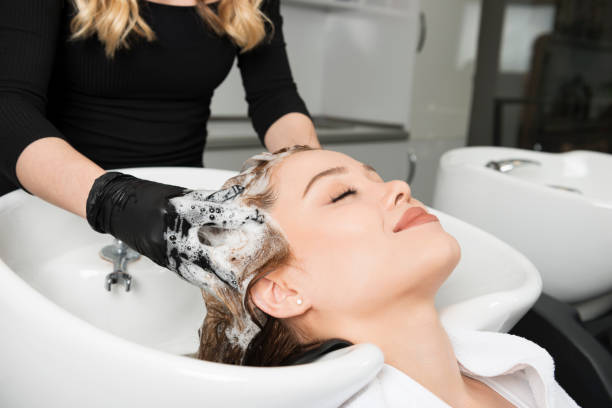 washing hair - lavarsi i capelli foto e immagini stock