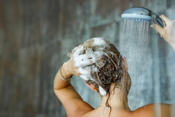 lavando cabelo com xampu! - shampoo - fotografias e filmes do acervo