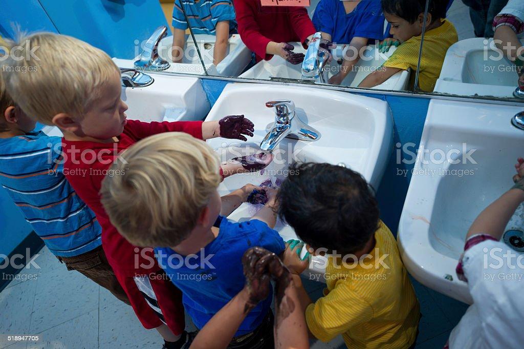 Hände waschen in einer Gruppe – Foto