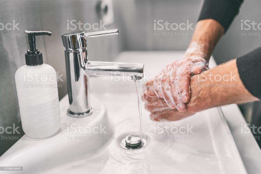 Lavar as mãos esfregando com sabão homem para prevenção do vírus corona, higiene para parar de espalhar coronavírus - Foto de stock de 18-19 Anos royalty-free