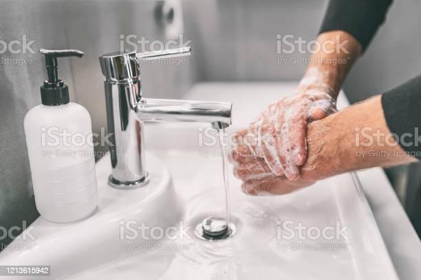 Foto de Lavar As Mãos Esfregando Com Sabão Homem Para Prevenção Do Vírus Corona Higiene Para Parar De Espalhar Coronavírus e mais fotos de stock de 18-19 Anos