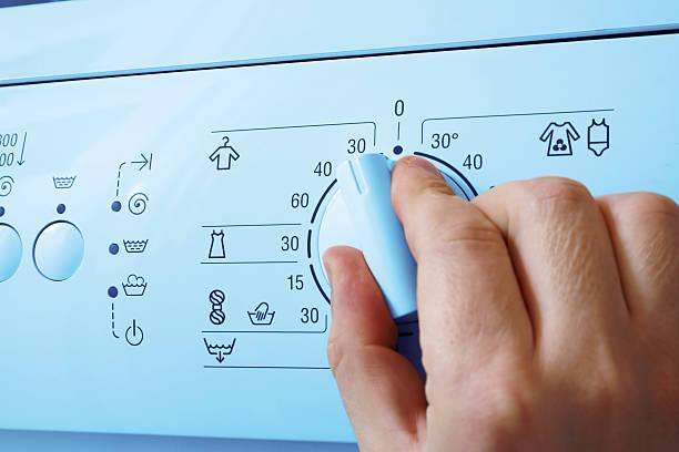 waschmaschine und hand - waschmaschine fotos stock-fotos und bilder