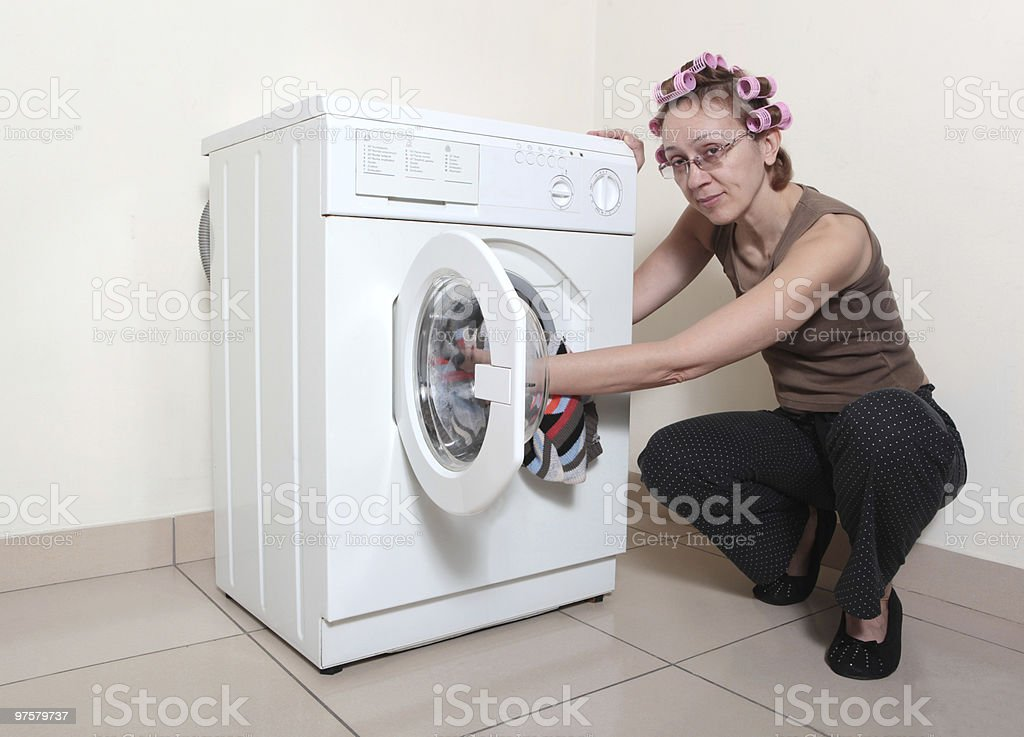 machine à laver et femme photo libre de droits