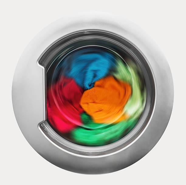 Waschmaschine Tür mit umlaufendem Kleidungsstücke im – Foto