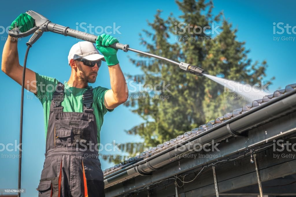 Washing Plastic Carport Roof - Foto stock royalty-free di Acqua