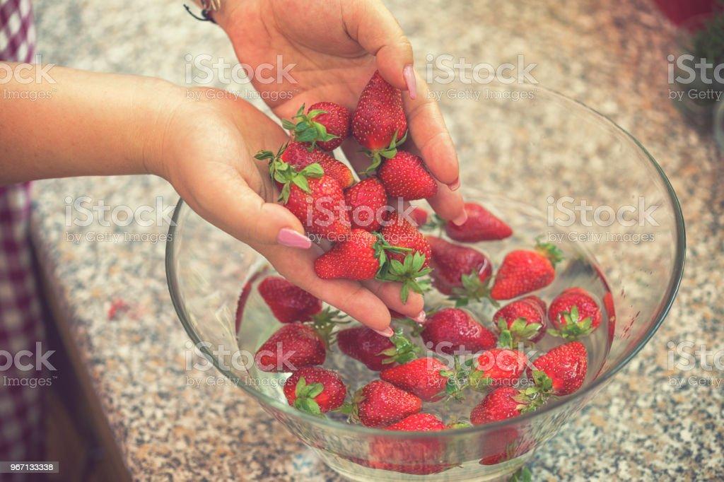 Waschen Erdbeeren für die Herstellung selbstgemachten Marmelade – Foto
