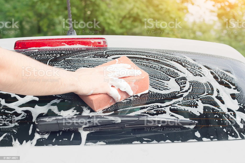 Lavando as costas para-brisa - foto de acervo
