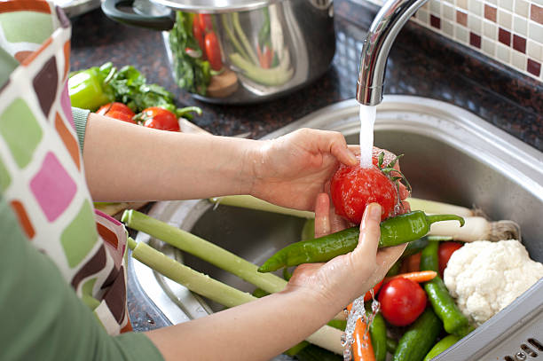 washing vegetables - yıkamak stok fotoğraflar ve resimler