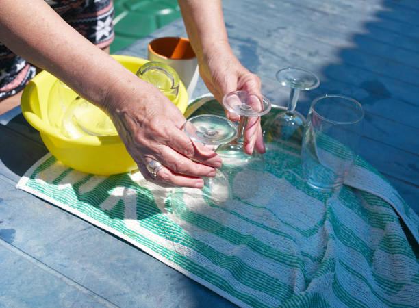 waschen weingläser - glaswaschtisch stock-fotos und bilder