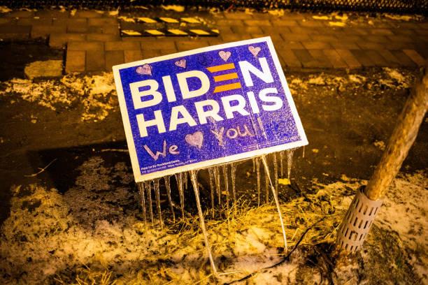 вашингтон, округ колумбия, сша - 14 февраля 2020 г.: байден харрис выборы знак заморожены перед забором вокруг белого дома - biden стоковые фото и изображения