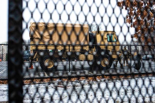 вашингтон, округ колумбия, сша - 14 февраля 2020 г.: армия национальной гвардии по периметру капитолийского холма окружена забором безопасност� - biden стоковые фото и изображения