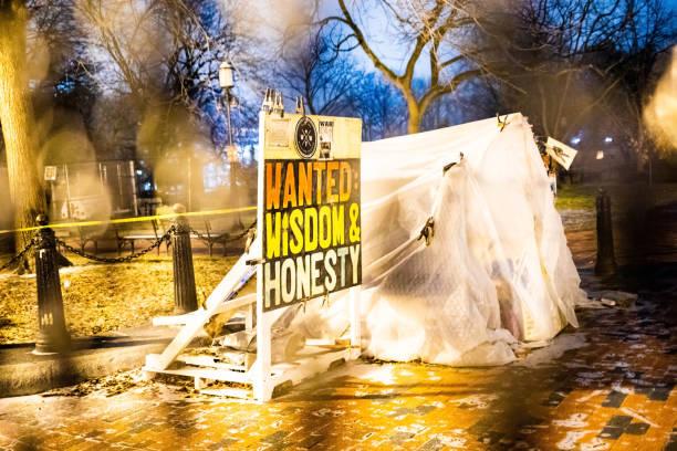 вашингтон, округ колумбия, сша - 14 февраля 2020 г.: знак протеста на охраняемой территории белого дома - biden стоковые фото и изображения